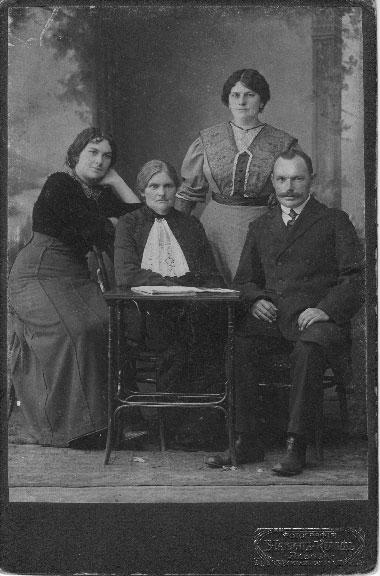 Rodzina Jezierskich: Karolina z Majewskich Jezierska z mężem oraz córkami: Janiną i Kazimierą