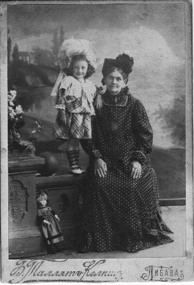 Karolina Jezierska z wnuczką