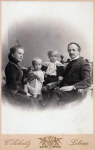 Konstantijs Hejmovskis ar sievu un dÄ liem ap 1902. gadu