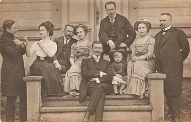 Leonard Wyrzykowski (stoi z tyłu) z rodziną