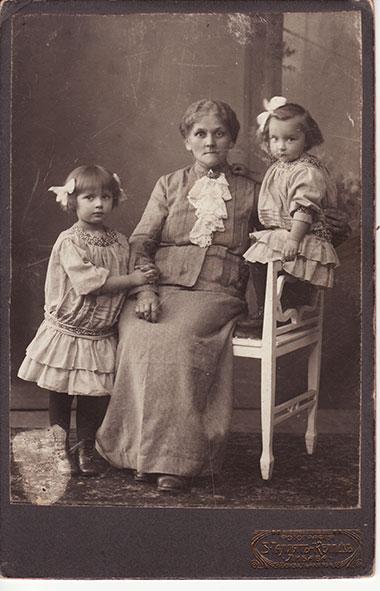 Karolina z Majewskich Jezierska z wnuczkami